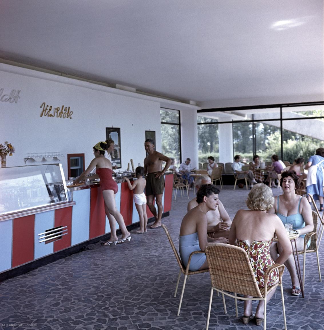 Nyaralók a Polónyi Károly – az Ipari Épülettervező Vállalat (IPARTERV) építésze – által tervezett  Kis Tihany Szálló Motel büféjében  1960. augusztus 25-én