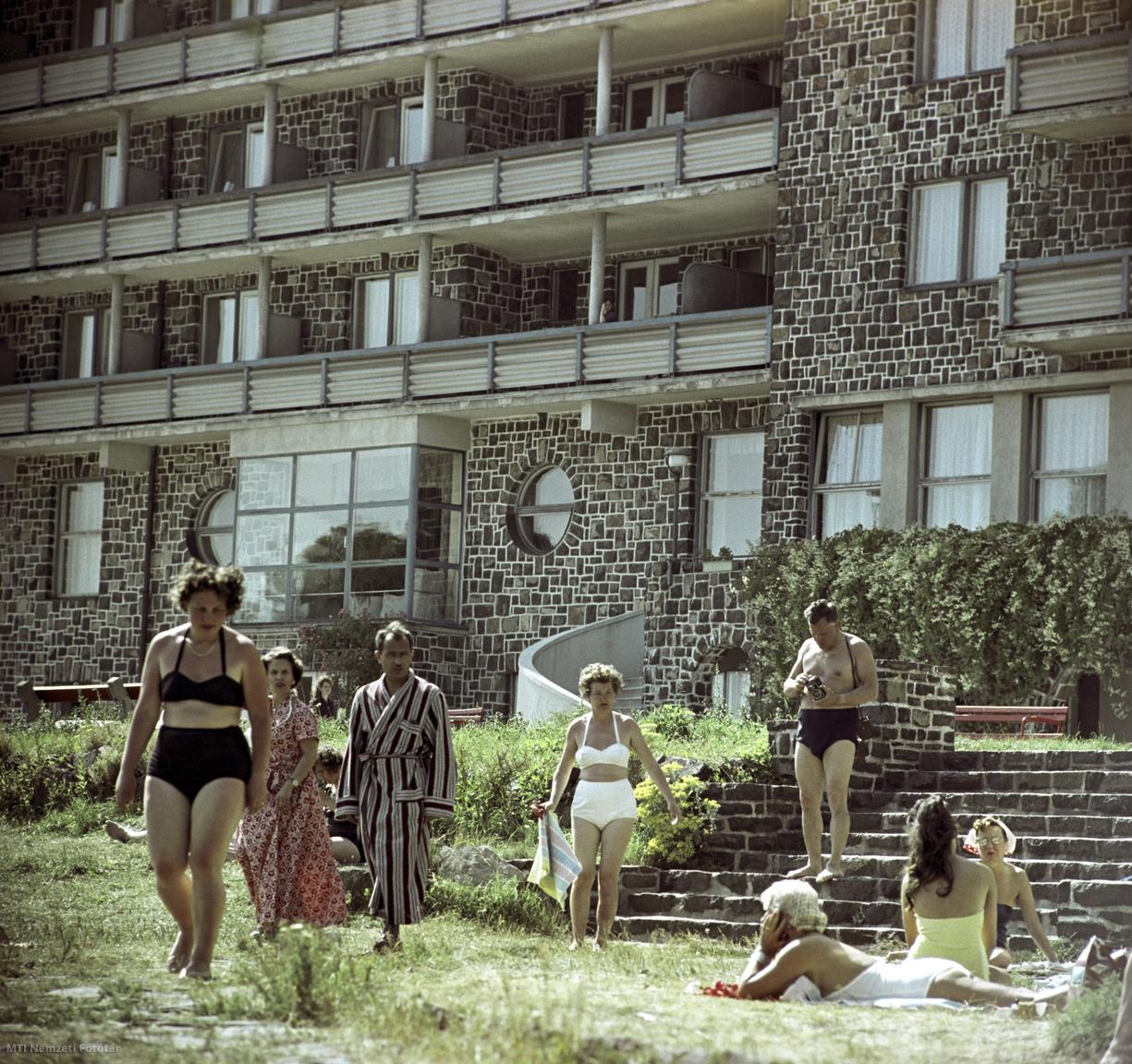 Galyatető, 1961. július 13.  Pihenő, üdülő, napozó emberek a Szakszervezetek Országos Tanácsa (SZOT) üdülőjének, az 1939-ben épült egykori Galyatetői Nagyszálló parkjában