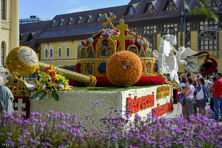 A Szent Korona, a Trianon 100 és a Debrecenbe kéne menni nevű virágkocsi az 51. Debreceni Virágkarneválon 2020. augusztus 20-án