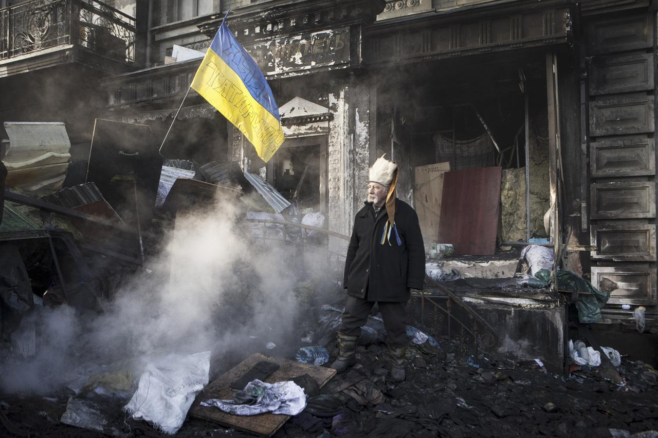 """Majdan                         2013-2014-ben az ukrán tüntetők több hónapig küzdöttek a hideg tél ellen, a kijevi Majdanban demonstráltak a kormány ellen. Különféle emberek érkeztek az ország több pontjáról. Fiatalok és idősek, nők és férfiak, kis kisebbségek és önkéntesek alkották a résztvevőket egyetlen közös céllal: harcolni az uralkodó kormány ellen és közelebb hozni Ukrajnát az Európai Unióhoz.                         Kijev központjában, Majdanban lakók ezrei állítottak fel egy úgynevezett """"sátorfalut"""". Ez a mesterséges """"falu"""" hihetetlenül jól szervezett volt, a mindennapi élet szigorú szabályok szerint zajlott. A nagy hatalom, amely összetartotta őket, a más jövőbe vetett hit volt."""