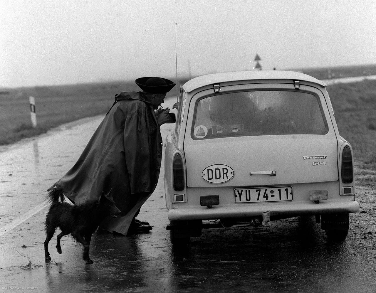 Egy pusztai ember egy NDK-ból érkező turistacsaláddal barátkozik 1975. augusztus 19-én