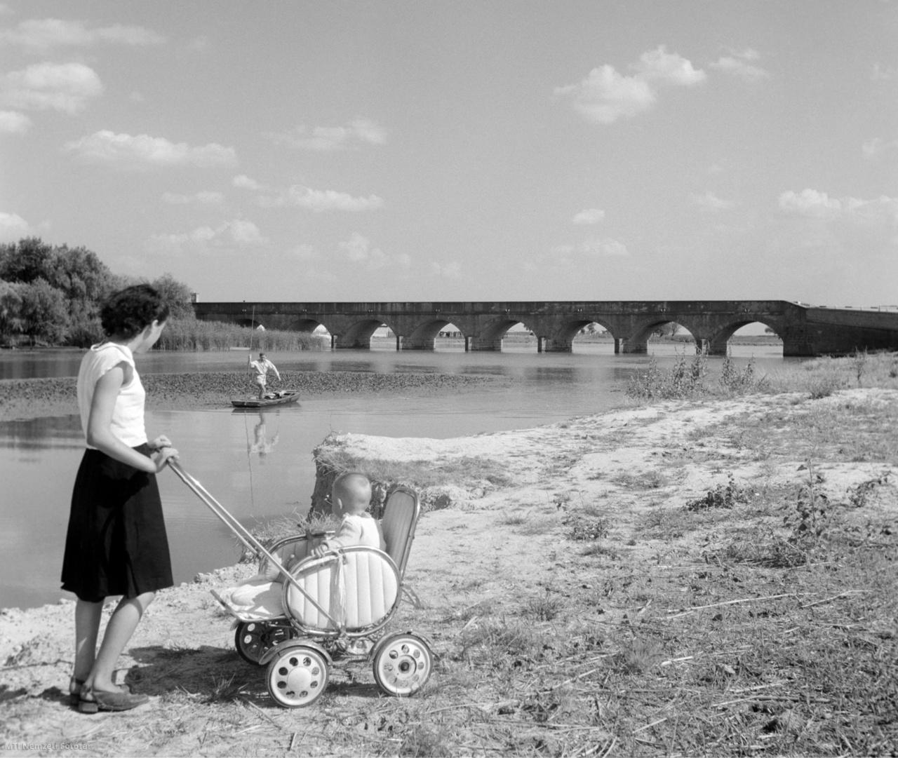 1957. július 31. Édesanya tolja babakocsiban ülő gyermekét a hortobágyi Kilenclyukú hídnál,amelyet debreceni mérnökök építettek 1827-ben