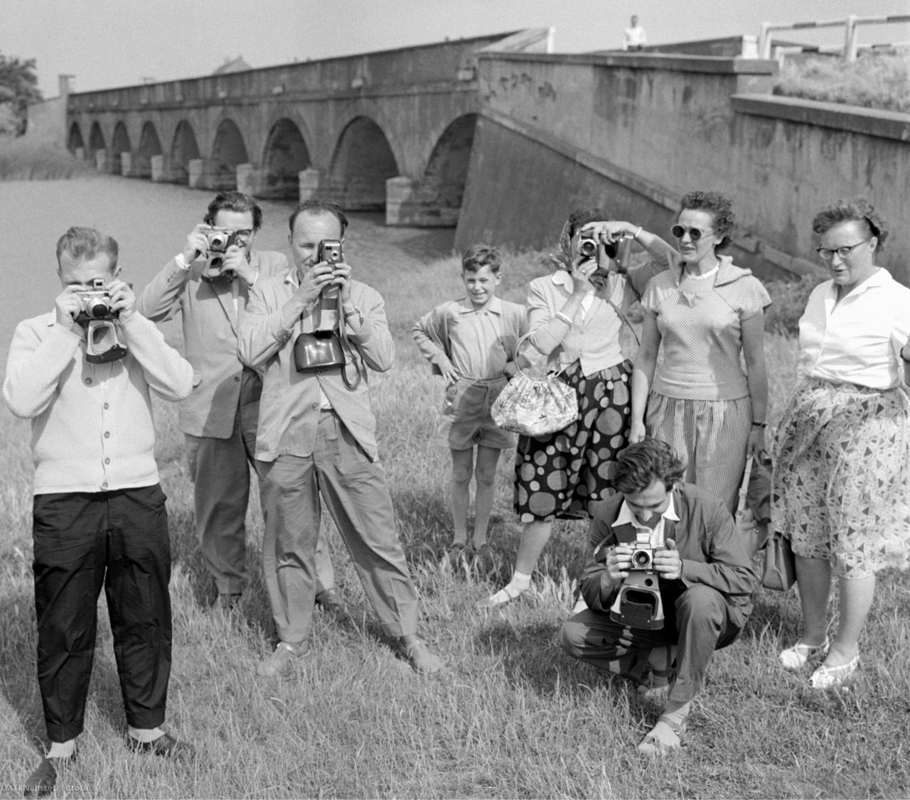 Német turisták fényképeznek a hortobágyi Kilenclyukú híd mellett 1960. június 18-án