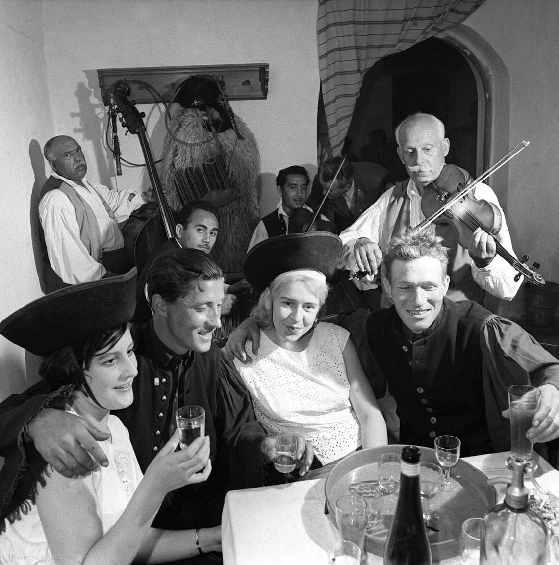 1963. május 10. Német vendégek egy hortobágyi csárdában a csikósokkal szórakoznak cigányzene hangjára