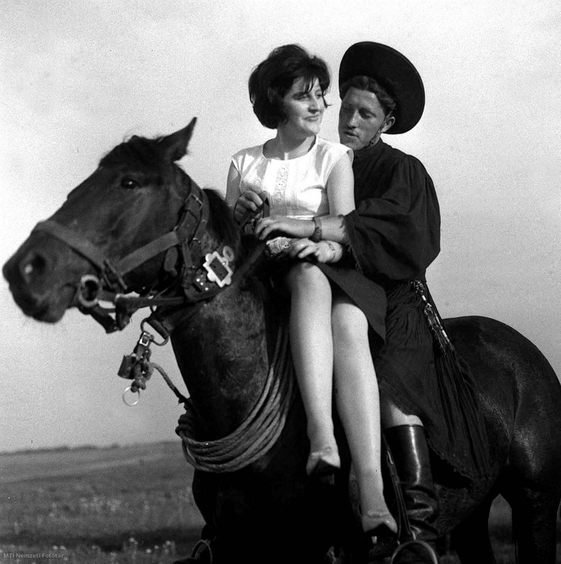 1963. május 10.  A hajdani lányrablást játssza el a hortobágyi csikós nyergében a német turistanővel