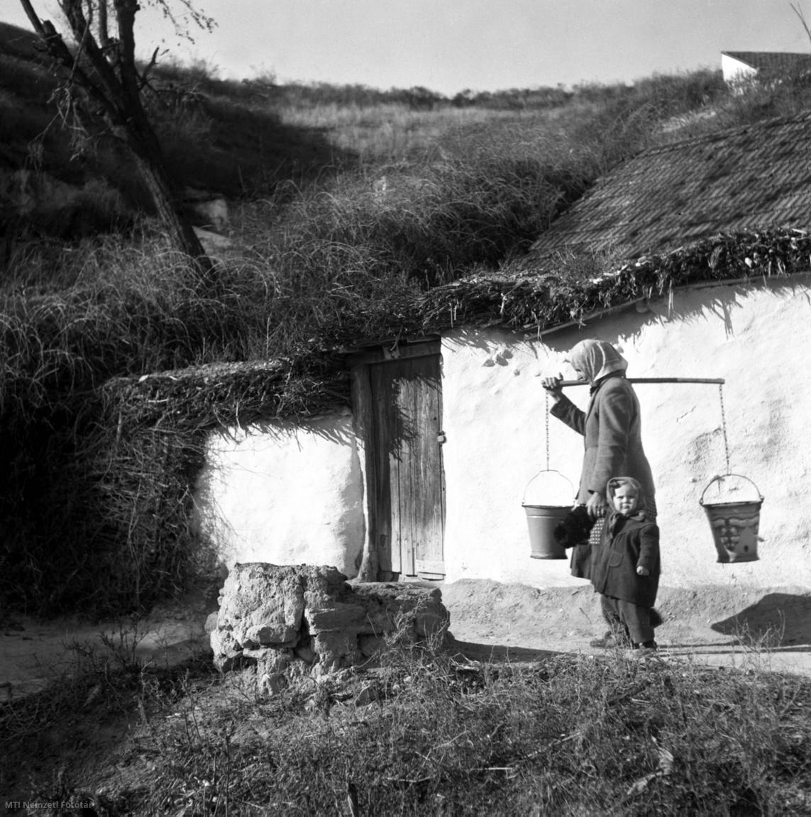 A barlanglakók új lakásokat kapnak a Borsod megyei Tibolddarócon – írta 1953. november 26-án az MTI