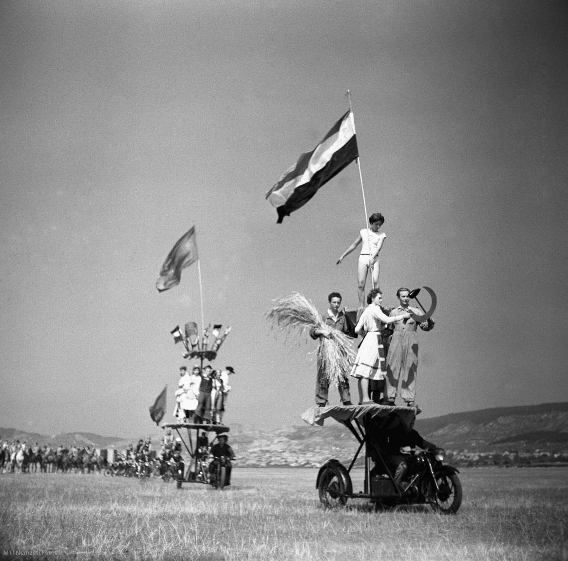 A Magyar Honvédelmi Szövetség motorosklubjának Alkotmány napi felvonulása az MHSZ Repülőnapján a Budaörsi repülőtéren 1959. augusztus 20-án