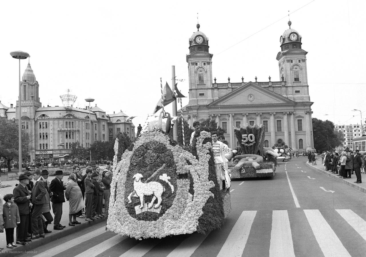 1968. augusztus 20.  A virágkarnevál felvonulása a debreceni utcán, háttérben a Debreceni Református Nagytemplom