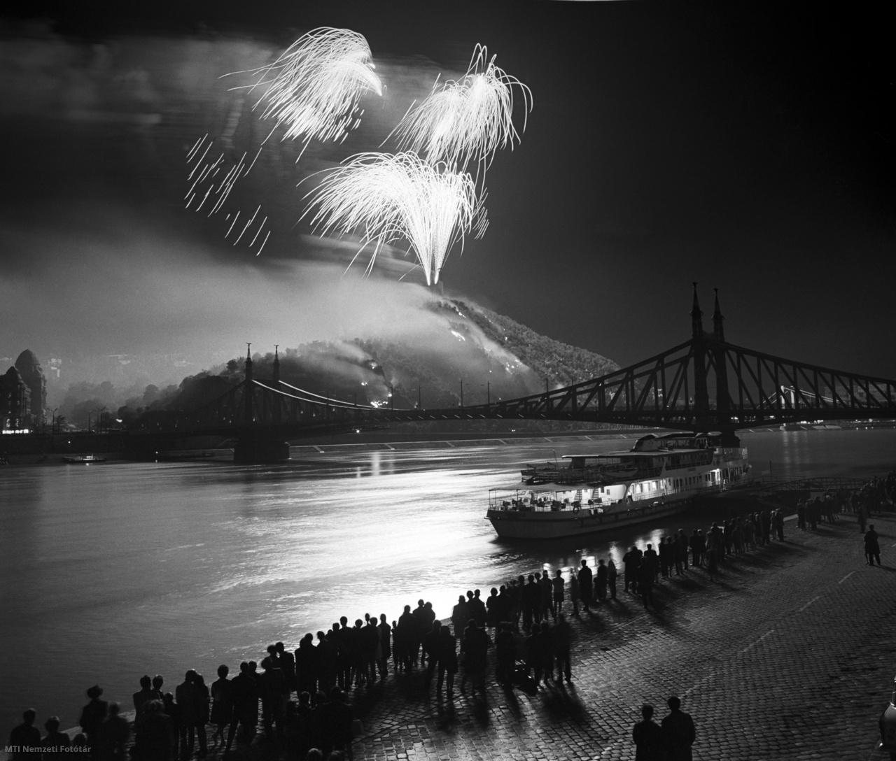 A pesti alsó rakpartról figyeli a közönség az augusztus 20-i tűzijátékot 1968-ban. Jobbra a Szabadság híd látszik