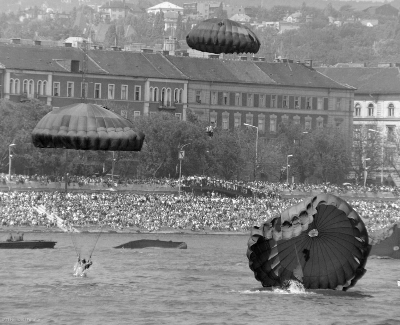 Ejtőernyős bemutató az Alkotmány napja alkalmából 1981. augusztus 20-án a Duna Parlament előtti szakaszán rendezett nagyszabású vízi és légi parádén. Háttérben a közönség a budai parton