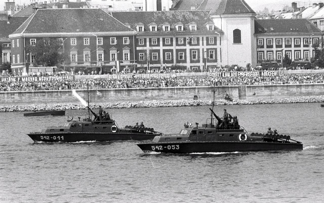 1983. augusztus 20. Harci járművek a Dunán az augusztus 20-i ünnepségek alkalmából rendezett vízi parádén