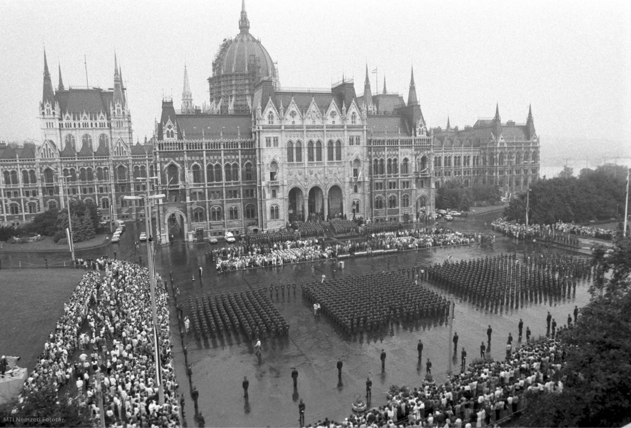 1989. augusztus 20.  Ünnepélyes katonai tisztavatás Szent István király ünnepén a Kossuth téren. Mintegy nyolcszáz hallgató végzett a hazai és külföldi felsőoktatási intézményekben