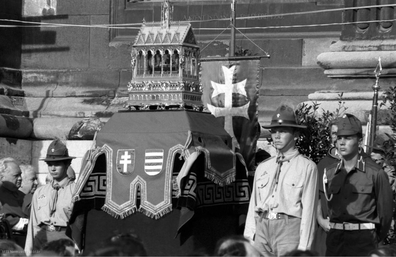 A Szent Jobb a Szent István-bazilika előtt az ünnepi körmeneten 1990-ben