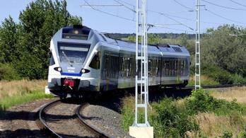Így járnak a vonatok és a buszok a hosszú hétvégén