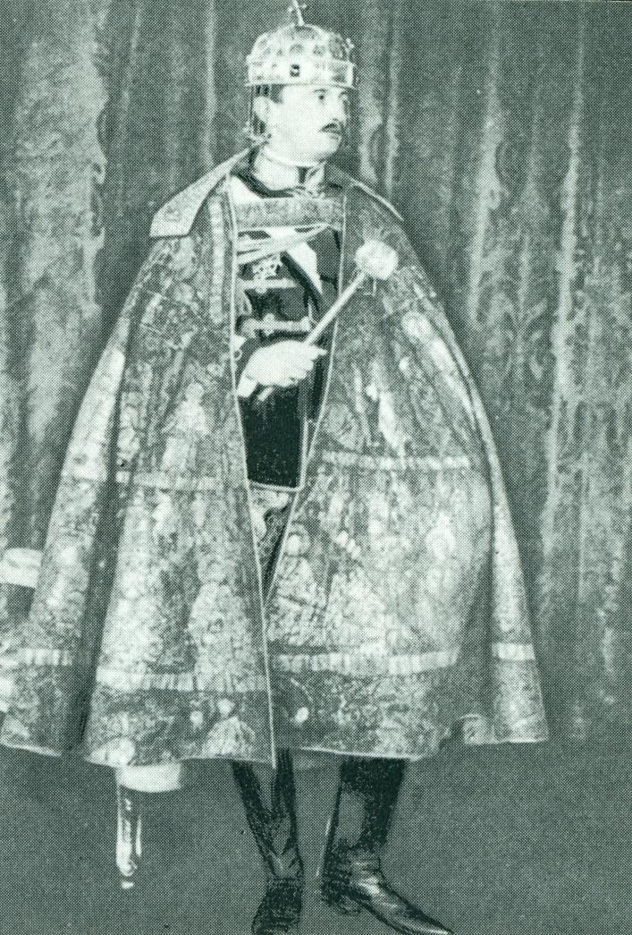 Magyarország utolsó királya, IV. Károly koronázási palástban, a Szent Koronával és a magyar királyi jogarral.