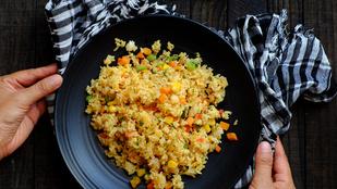 Csípős-fűszeres sült tojásos rizs karfiollal és édesburgonyával