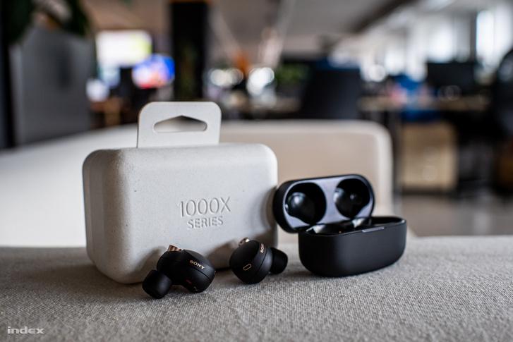 A fülhallgató egy újrahasznosított anyagokból készült, apró dobozban érkezik. Ebben található a füles, a hordozó- és egyben töltő tok, három különböző méretű (S/M/L) habszivacs harang és egy rövid USB-C végű töltő kábel