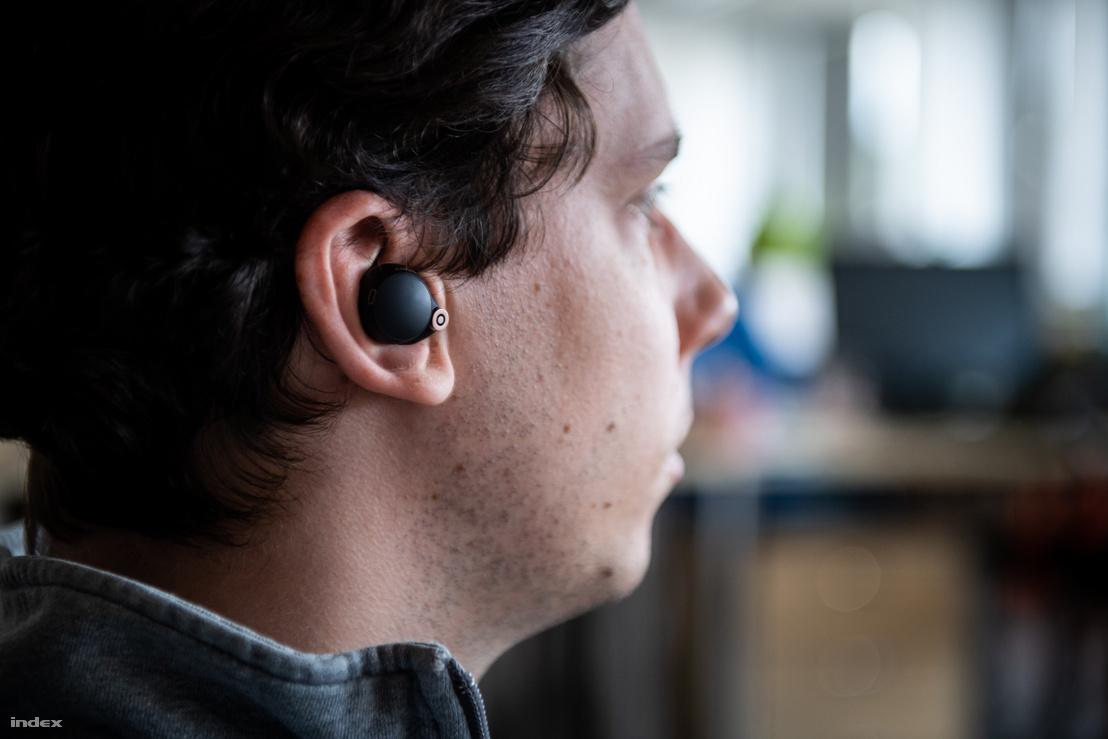 Az eszköz kényelmesen ül a fülben, elődjénél jóval kevésbé áll ki. Egy-másfél óra használat után azonban már érezni, hogy a fülben van, kissé nyomja azt