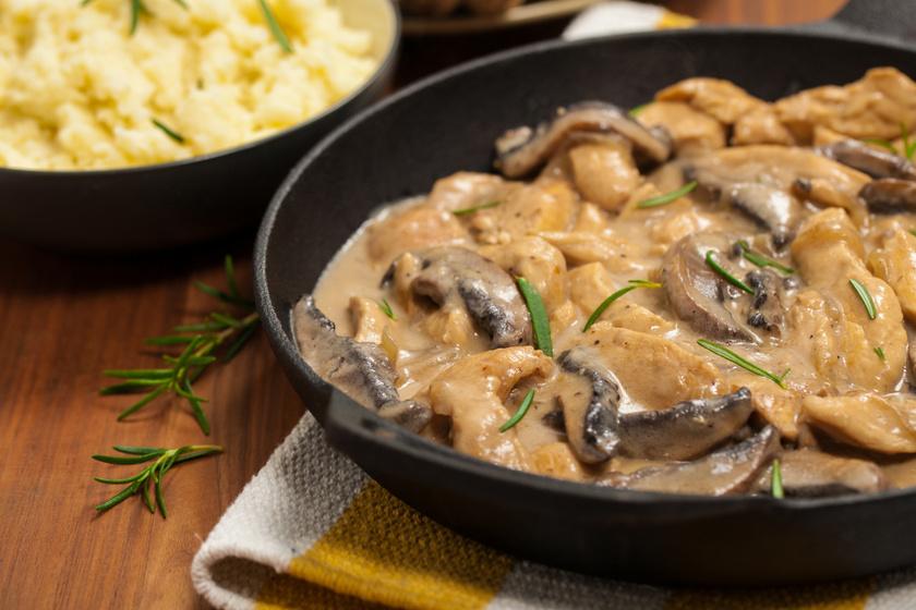 Ínyenc Stroganoff-csirke: a tejszínes, gombás szósz selymes, a hús vajpuha
