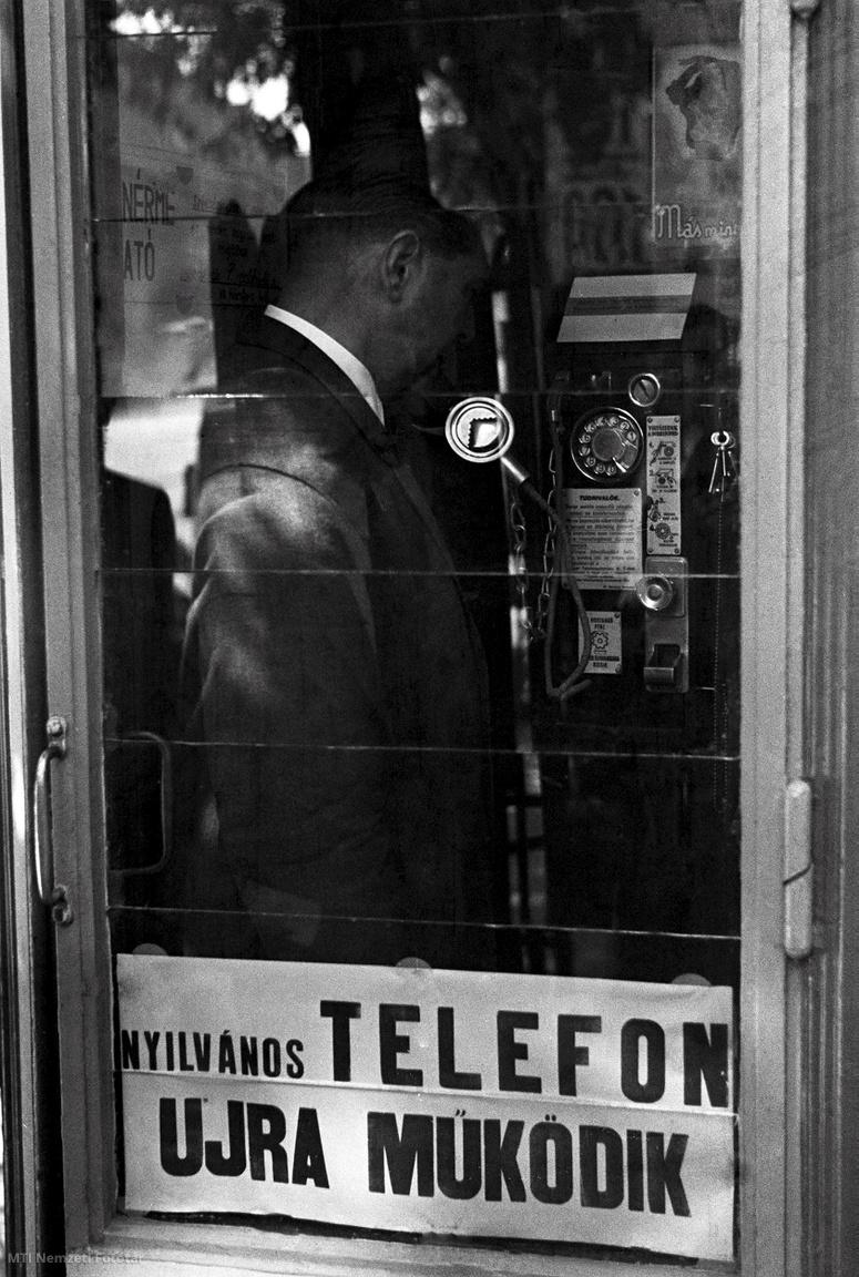 1946. szeptember 5. Egy férfi telefonál az egyik új utcai telefonfülkéből,miután üzembe helyeztek a fővárosban húsz távbeszélő állomást. Az egységnyi telefonbeszélgetés ára 80 fillér, a használathoz szükséges telefonérmék a MaTaRt-nál (Magyar Telefonautomata Rt.) szerezhetők be