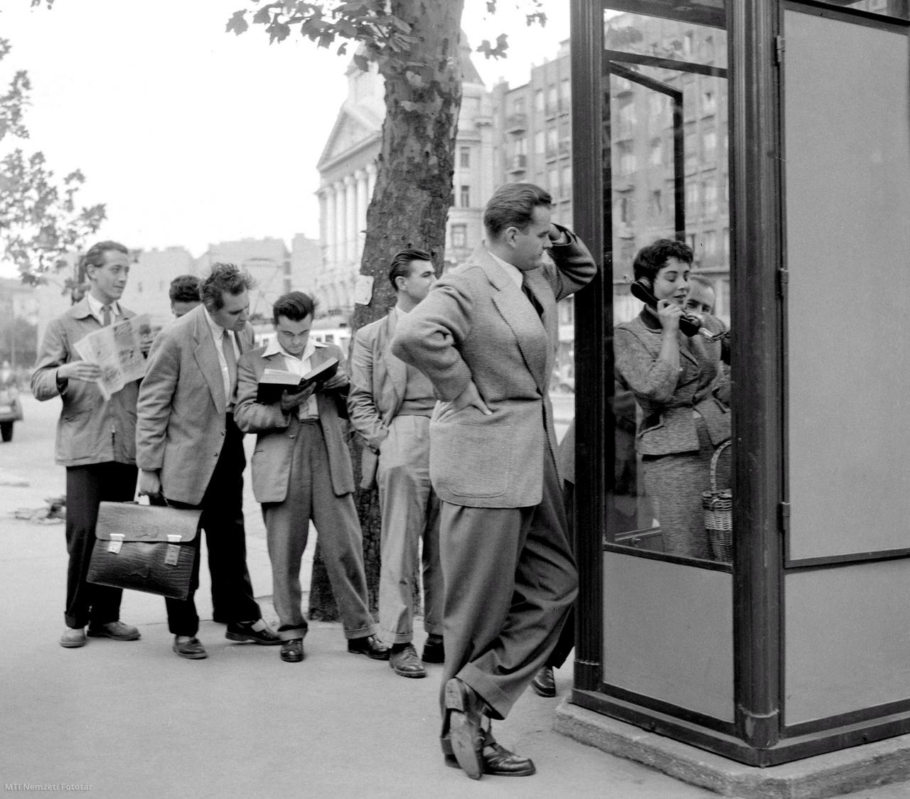 Férfiak várakoznak a Tanács körúton álló telefonfülke előtt 1957. szeptember 25-én