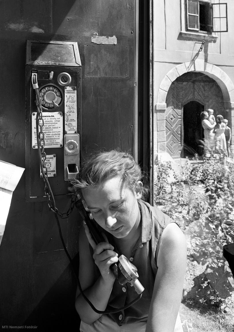 1954. augusztus 3.  Tantuszos készülékkel telefonáló lány a budai Várban.