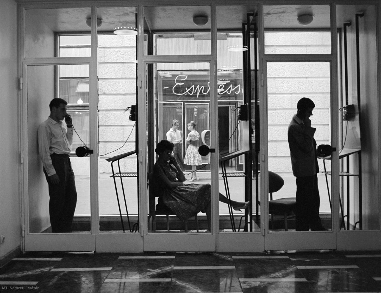 Vendégek telefonálnak az újjáépített Royal Szálló telefonfülkéiben az Erzsébet körúton 1961. szeptember 12-én. A hotel az ország egyik legnagyobb vendéglátóipari létesítménye