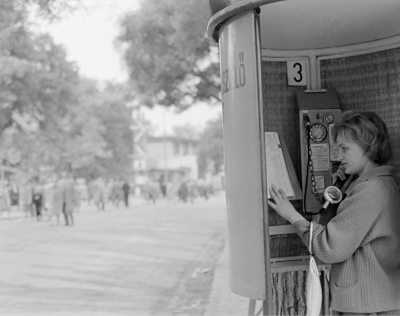 1961. május 21. Fiatal nő telefonál egy telefonfülkéből a Városligetben a május 18–28. között megrendezésre kerülő Budapesti Ipari Vásáron.