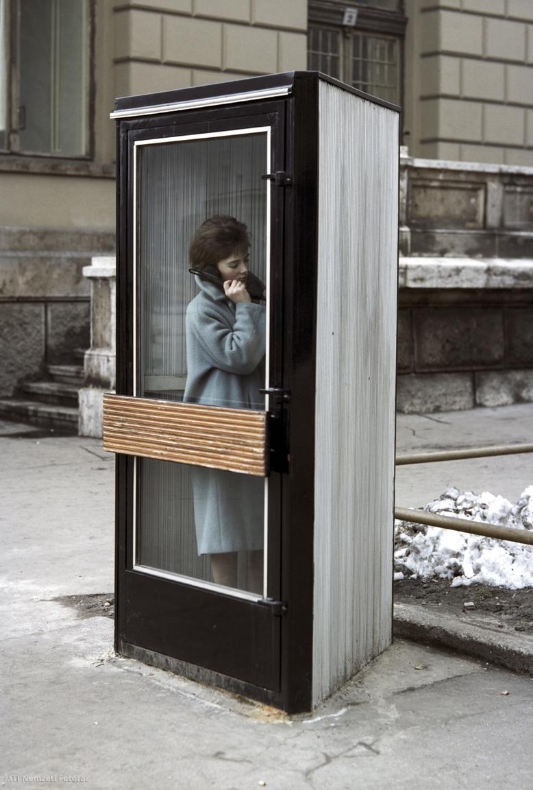 1962. november 29. Egy nő telefonál egy formatervezett telefonfülkében. A felvétel készítésének pontos helye ismeretlen