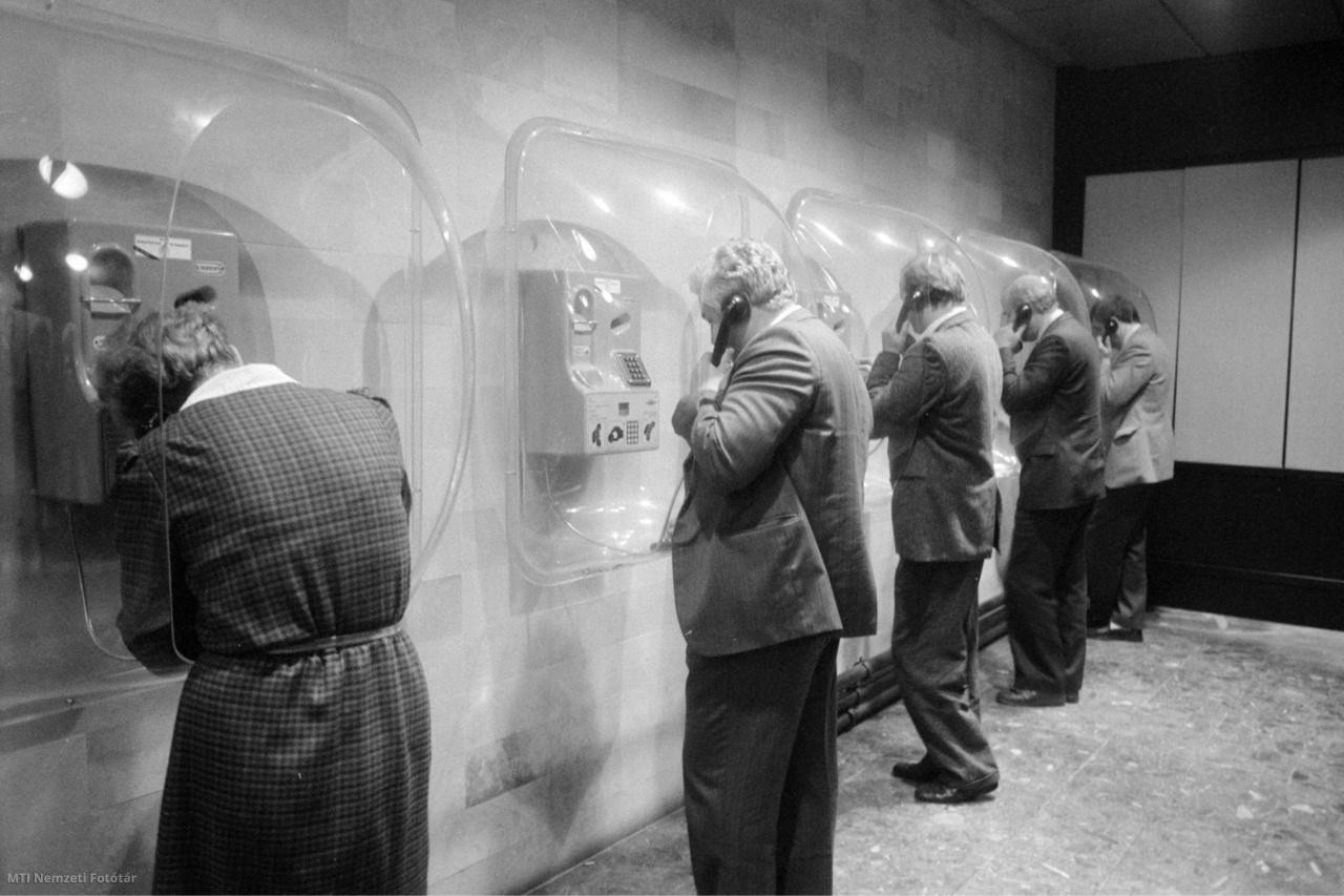 1989. október 9.  Telefonáló küldöttek a Magyar Szocialista Munkáspárt (MSZMP) kongresszusán a Budapest Kongresszusi Központban (BKK)