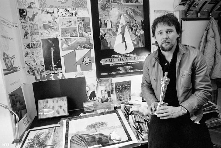Rófusz Ferenc rajzfilmrendező A légy című animációs filmjéért kapott Oscar-díjjal a kezében stúdiójában 1981. december 7-én