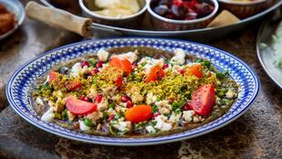 Grillezettpadlizsán-saláta csicseriborsóval és mandulaszeletekkel