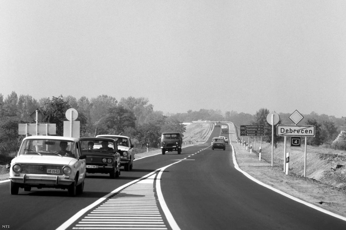Forgalom az új közúti felüljárón a 4-es számú főút debreceni bevezető szakaszán 1990. szeptember 5-én