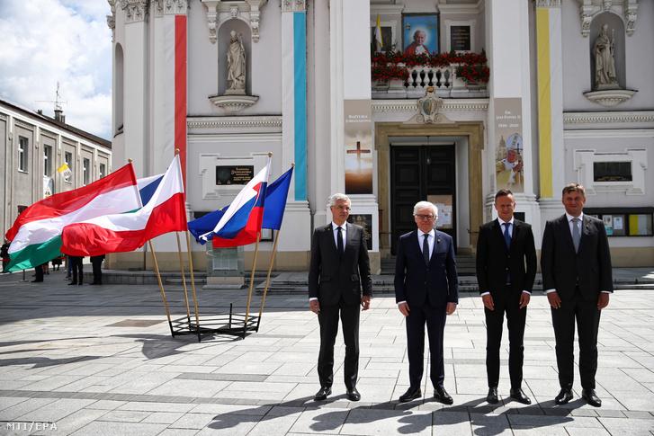 Ivan Korcok szlovák, Jacek Czaputowicz lengyel külügyminiszter, Szijjártó Péter külgazdasági és külügyminisztert és Tomas Petricek cseh külügyminiszter a visegrádi országok (V4) külügyminisztereinek találkozóján Wadowicében 2020. július 7-én.