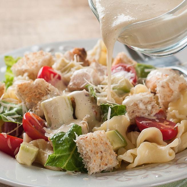 20 perces Cézár-saláta tésztával dúsítva: a nagy kedvenc laktató formában készítve