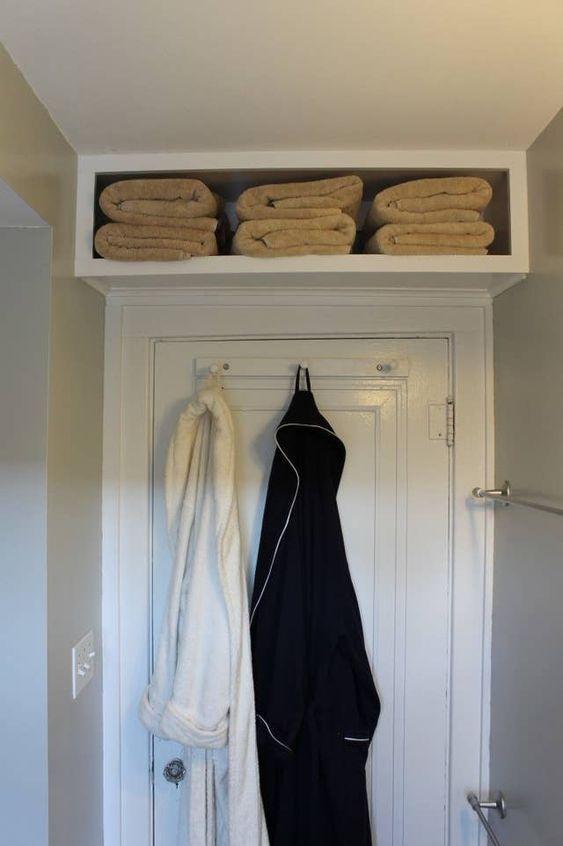 Az ajtó feletti területet remekül ki lehet használni tárolásra, például egy ilyen polcra lehet törülközőket vagy bármi mást is tenni.
