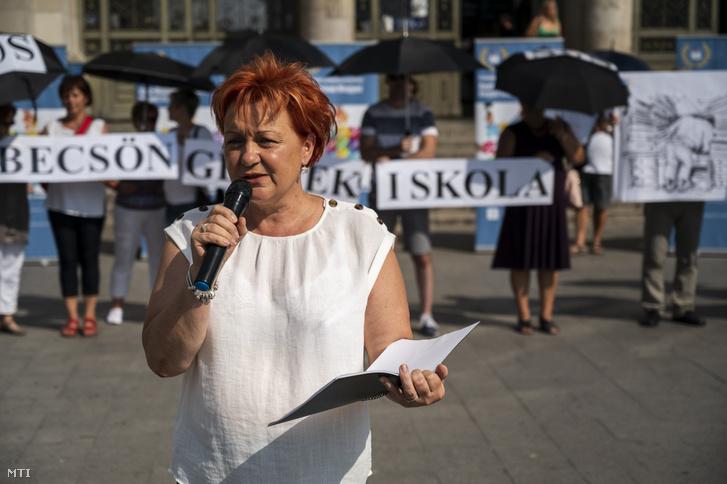 Szabó Zsuzsa, a Pedagógusok Szakszervezetének (PSZ) elnöke beszédet mond a tanévnyitó kapcsán rendezett performanszon a Keleti pályaudvar előtt 2019. augusztus 31-én