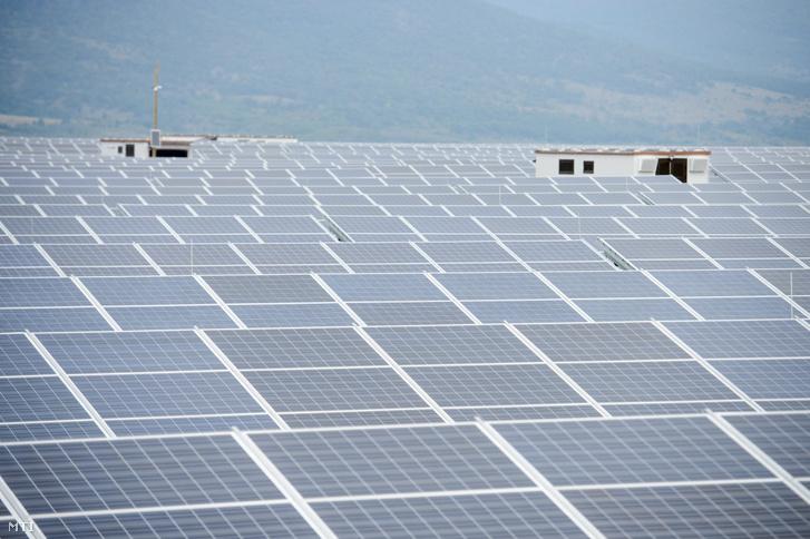 Napelemek a Mátrai Erőmű Zrt. 16 megawattos naperőművében Visonta közelében az átadás napján, 2015. október 14-én