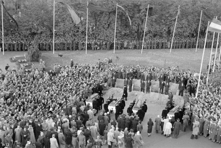 Gyászoló tömeg a koholt vádak alapján 1949-ben kivégzett, de 1955-ben rehabilitált Rajk László, Pálffy György, dr. Szőnyi Tibor és Szalai András ünnepélyes gyászszertartásán a Kerepesi temetőben