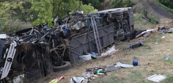 Jól látszik, hogy a busz összes kereke ép, csak a bal első hiányzik, de ha az kap defektet, akkor nem jobbra sodródik a jármű, hanem balra (fotó: Fejér Megyei Hírlap)