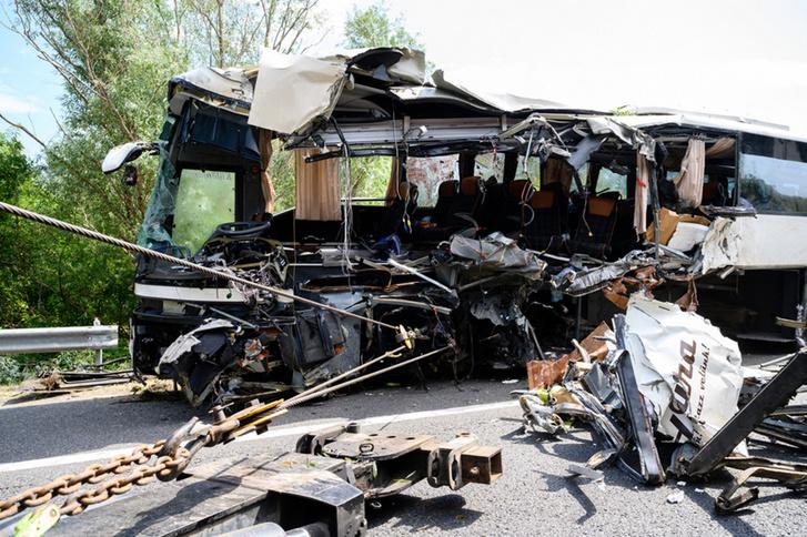 A Mercedes busz jobb oldala, a negyedik-ötödik üléssorig gyakorlatilag eltűnt. Hatalmas erőket kellett elvezetnie a busz karosszériájának. Ebből teljesen nyilvánvaló, hogy a jármű nagy sebességgel rohant neki a felüljáró pillérnek (fotó: Index)