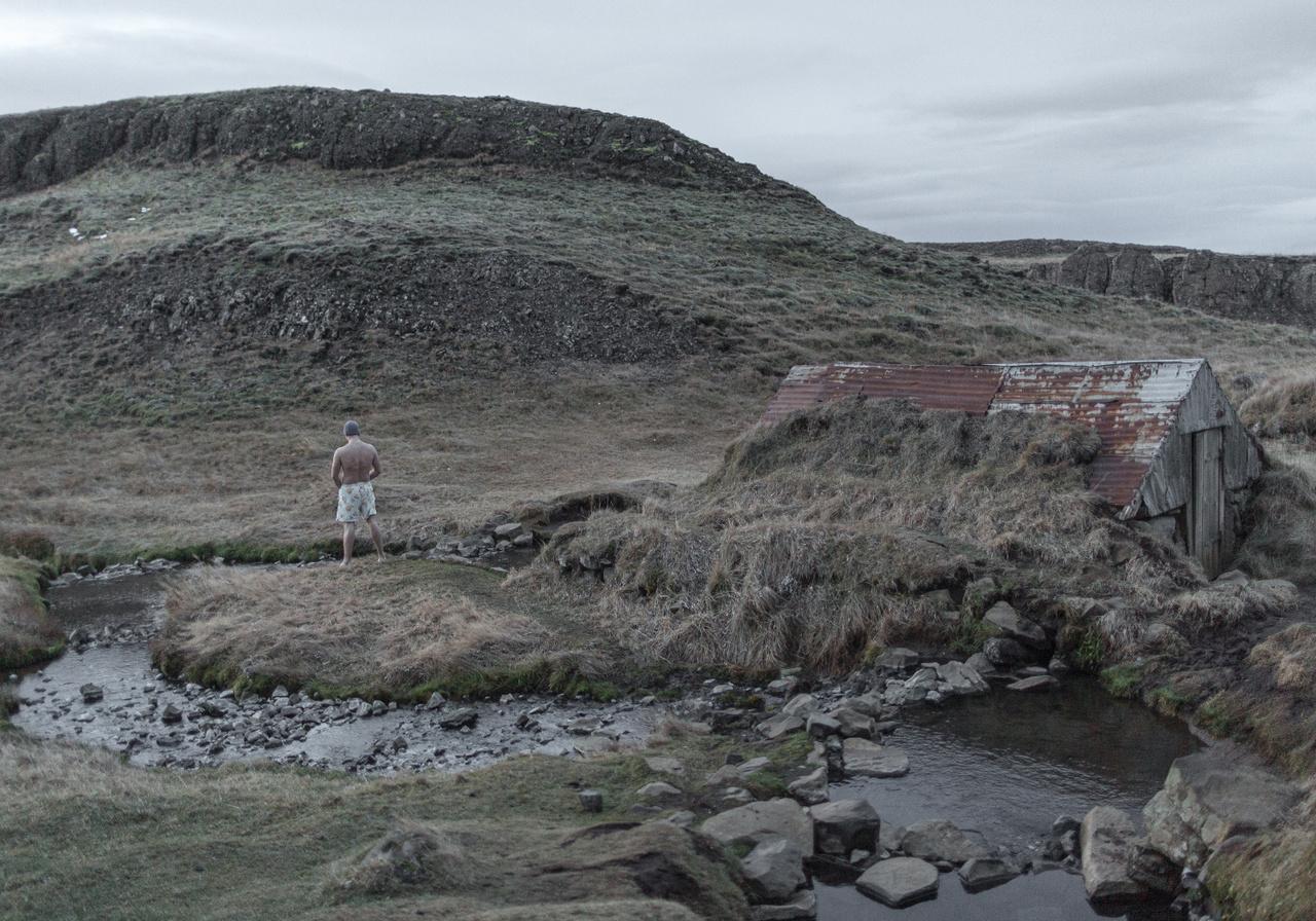 Izlandra számos ok vezetheti el az egyszeri látogatót. Az északi vidékek rajongójaként elsőre egy felderítőútra indultam, baráti társasággal. Úgy éreztem, hogy ezen az úton végre nem fogok fényképezni, kikapcsolom magamban a képrögzítésért felelős területeket. Tökéletes alkalom kicsit befelé fordulni, töltekezni. Pakolásnál azért eltettem egy kissé alkalmatlan felszerelést. Amivel aztán az első pillanattól kezdve megörökítettem a szürkeséget, a metsző hideget és az időszakos elmagányosodásomat - írja Mohai Balázs.