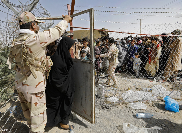 Több tízezer ember próbál menekül Afganisztánból