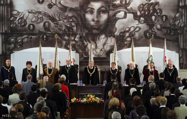Diplomaosztó a Miskolci Egyetemen, 2013. február 7-én. Barkai László (j4) az Egészségügyi Kar dékánjaként volt jelen az ünnepségen