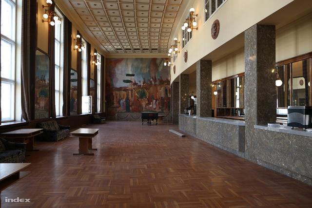 Az emeleti nagybüfét Bernáth Aurél freskói és aranyozott mennyezeti rozetták díszítik. A helyiség elöregedett nyílászáróit is lecserélik majd.