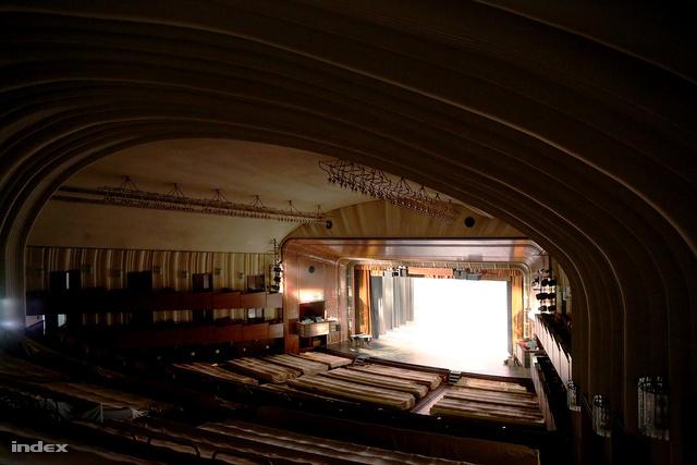 Az Erkel színház hatalmas nézőtere a fölötte húzódó boltívvel. A színpadon épp a fénytechnikát tesztelik.