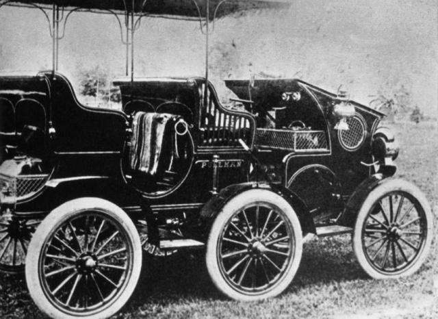 Egy Pullman utazóautó 1903-ból, amelyet a Hardinge Company készített. Hogy miért kellett a középső két kerék, mindörökre rejtély marad