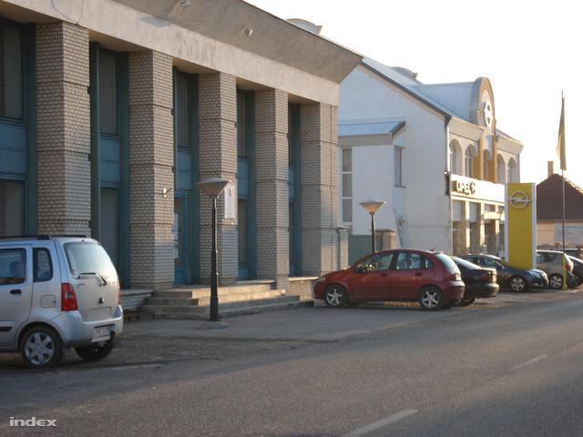 A Tigáz-épület és az Opel-szalon épülete Kisvárdán