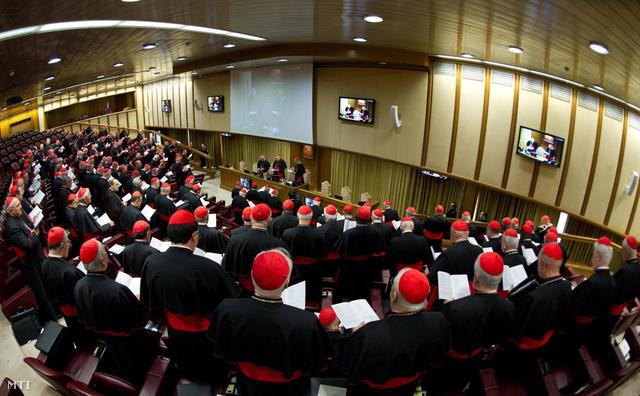 L'Osservatore Romano által közreadott kép az első általános kongregáción résztvevő bíborosokról Vatikánvárosban