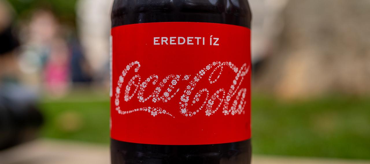 A Coca-Cola magyaros motívumokkal díszített palackkal készült a rendezvénysorozatra, amelyet 290 forintért lehet megvásárolni.